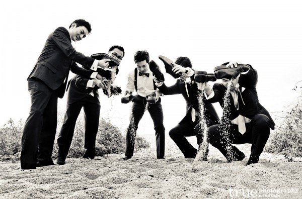 Funny-Groomsmen-Photo-Beach-Wedding-