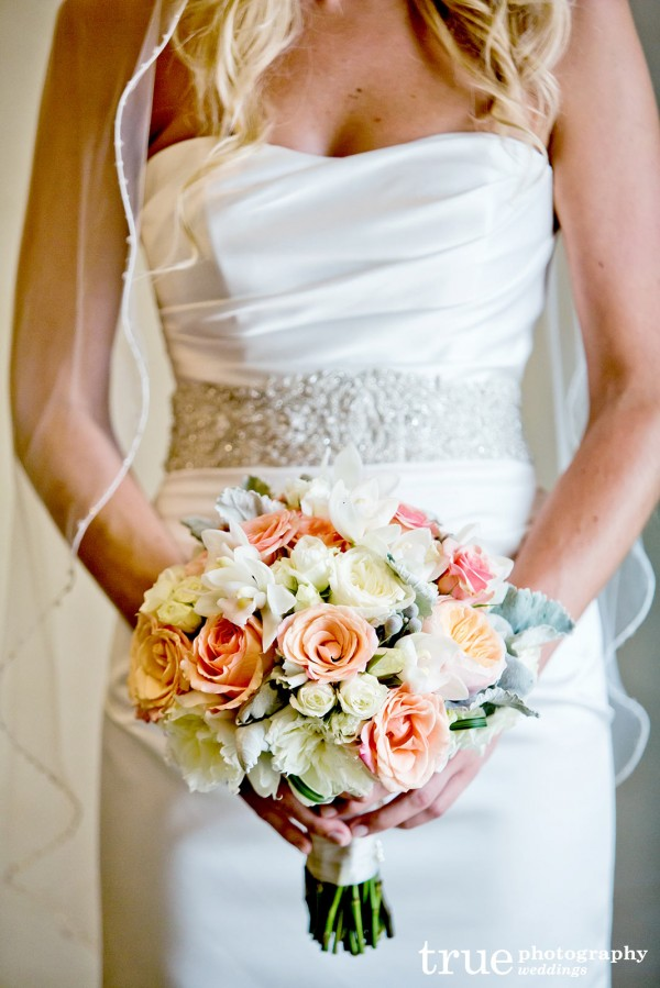 bride-flowers-closeup
