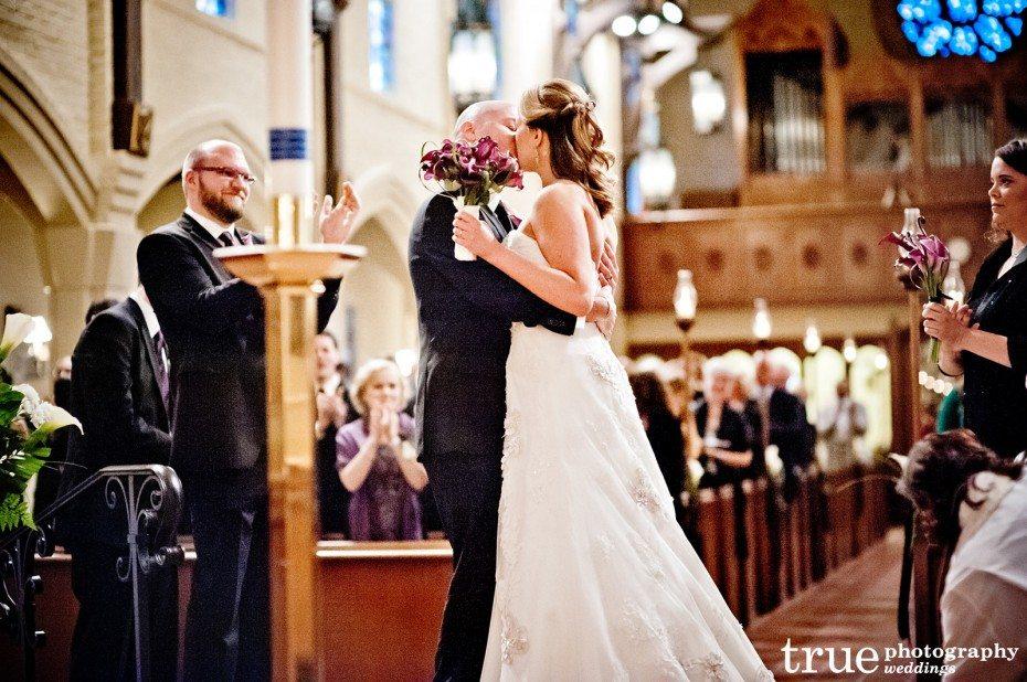 kiss-at-altar